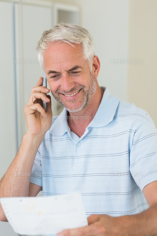 Smiling man on a phone callの写真素材 [FYI00001513]