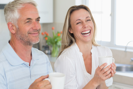 Laughing couple having coffee togetherの写真素材 [FYI00001527]