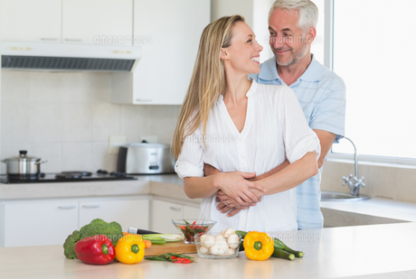 Loving couple preparing a healthy dinner togetherの写真素材 [FYI00001532]