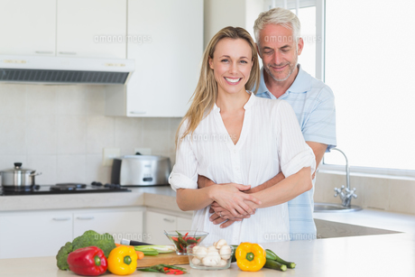 Affectionate couple preparing a healthy dinner togetherの写真素材 [FYI00001533]