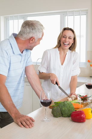 Laughing couple making dinner togetherの写真素材 [FYI00001541]