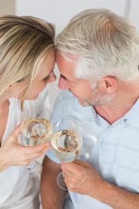 Happy couple having glass of wine togetherの写真素材 [FYI00001548]