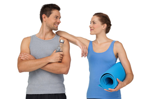 Fit young couple with exercise mat and water bottleの写真素材 [FYI00001625]