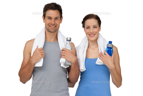 Portrait of a happy fit couple with water bottlesの写真素材 [FYI00001629]