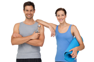 Fit young couple with exercise mat and water bottleの写真素材 [FYI00001630]