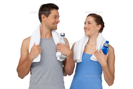 Happy fit young couple with water bottlesの写真素材 [FYI00001631]