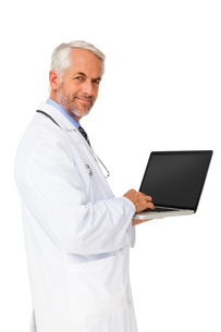 Portrait of a content male doctor using laptopの写真素材 [FYI00001639]