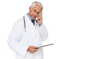 Portrait of a male doctor using digital tabletの写真素材 [FYI00001642]