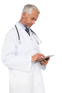 Concentrated male doctor using digital tabletの写真素材 [FYI00001643]