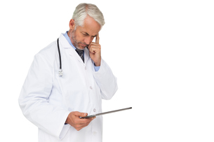 Concentrated male doctor using digital tabletの写真素材 [FYI00001645]