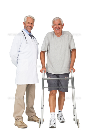 Portrait of a doctor with senior man using walkerの素材 [FYI00001646]