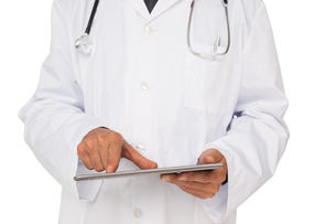 Mid section of a male doctor using digital tabletの写真素材 [FYI00001649]