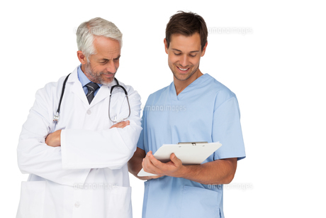 Male doctor and surgeon discussing reportsの写真素材 [FYI00001655]