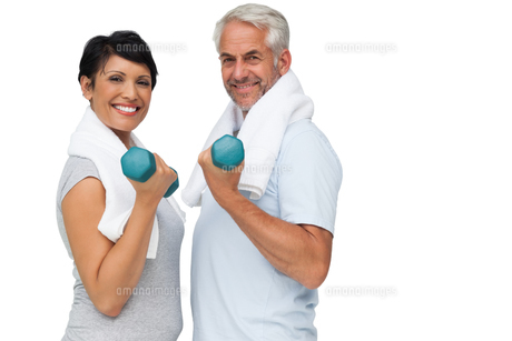 Fit mature couple exercising with dumbbellsの写真素材 [FYI00001673]