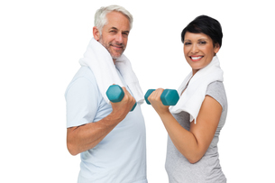 Fit mature couple exercising with dumbbellsの写真素材 [FYI00001674]