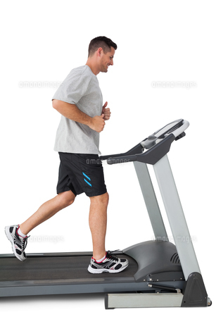 Full length of a young man running on a treadmillの写真素材 [FYI00001683]