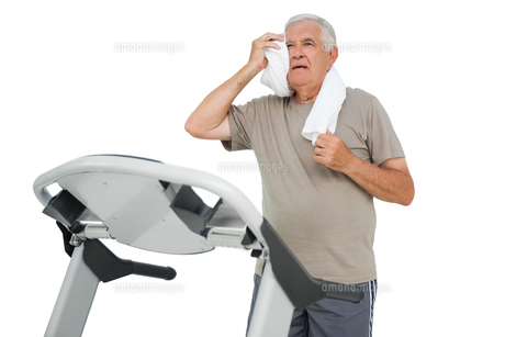 Tired senior man running on a treadmillの写真素材 [FYI00001686]