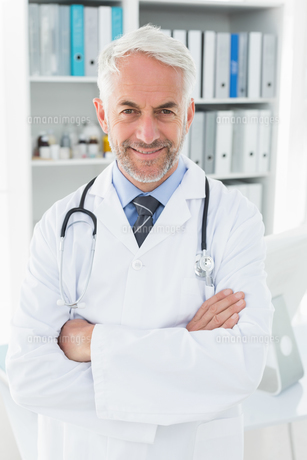 Portrait of a smiling confident male doctor at medical officeの写真素材 [FYI00001687]
