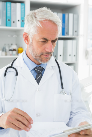 Doctor looking at reports in the medical officeの写真素材 [FYI00001693]