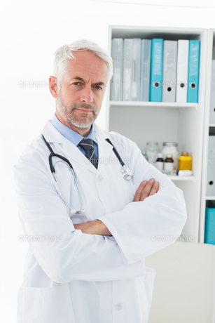Portrait of a serious confident male doctor at medical officeの写真素材 [FYI00001694]