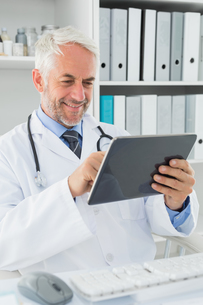 Doctor using digital tablet at medical officeの写真素材 [FYI00001700]