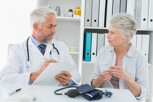 Senior woman visiting doctorの写真素材 [FYI00001703]