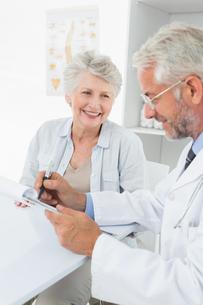 Female senior patient visiting a doctorの素材 [FYI00001706]