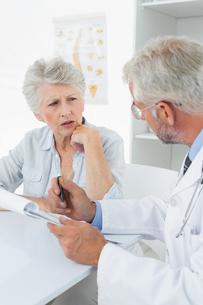 Female senior patient visiting a doctorの写真素材 [FYI00001708]