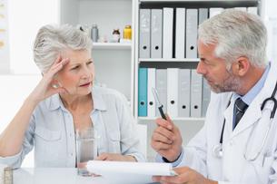 Female senior patient visiting a doctorの写真素材 [FYI00001709]