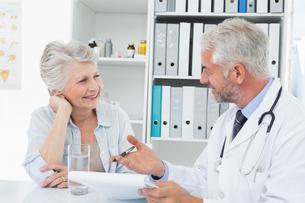 Female senior patient visiting a doctorの写真素材 [FYI00001710]