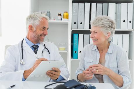 Female senior patient visiting doctorの写真素材 [FYI00001711]