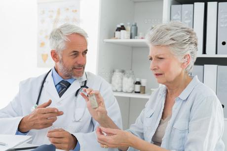 Female senior patient visiting doctorの写真素材 [FYI00001712]