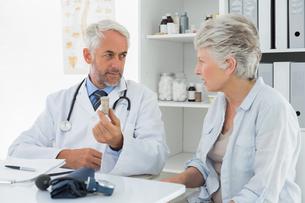 Female senior patient visiting doctorの素材 [FYI00001713]