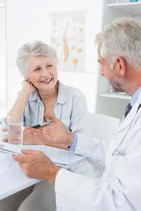 Female senior patient visiting a doctorの写真素材 [FYI00001715]