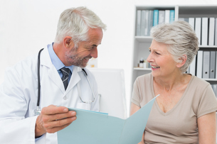 Male doctor and senior patient with reportsの写真素材 [FYI00001718]