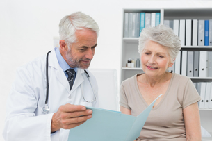 Male doctor and senior patient with reportsの写真素材 [FYI00001719]