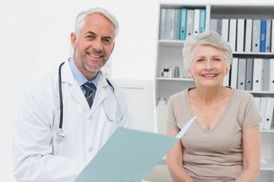 Portrait of a doctor and senior patient with reportsの写真素材 [FYI00001720]