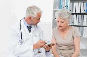 Female senior patient visiting a doctorの写真素材 [FYI00001721]