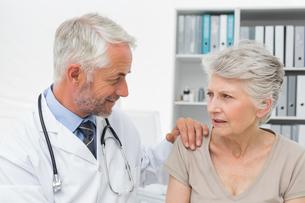 Female senior patient visiting a doctorの写真素材 [FYI00001734]