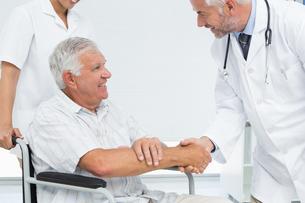 Smiling senior patient and doctor shaking handsの写真素材 [FYI00001736]