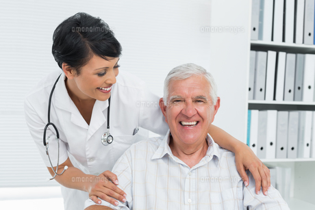 Portrait of a female doctor with happy senior patientの写真素材 [FYI00001740]
