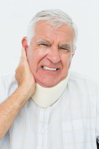 Close-up portrait of a senior man with cervical collarの写真素材 [FYI00001743]