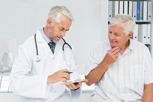 Male senior patient visiting a doctorの素材 [FYI00001751]