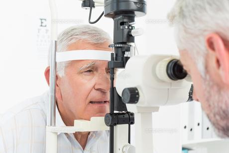 Optometrist doing sight testing for senior patientの写真素材 [FYI00001752]