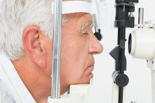 Senior man getting his cornea checkedの写真素材 [FYI00001754]