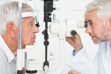 Optometrist doing sight testing for senior patientの写真素材 [FYI00001755]