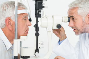 Optometrist doing sight testing for senior patientの写真素材 [FYI00001755]