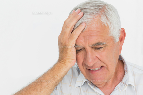 Close-up of a worried senior manの写真素材 [FYI00001757]