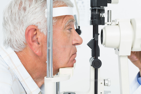 Senior man getting his cornea checkedの写真素材 [FYI00001758]