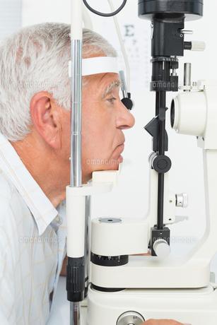 Senior man getting his cornea checkedの写真素材 [FYI00001759]